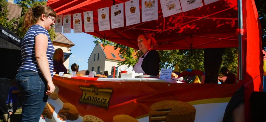 Food festivaly a adventní trhy s medovými dorty a pečenými čaji